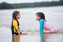 Petites filles jouant sur la plage, vacances de plage de famille Photographie stock