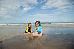 Petites filles jouant sur la plage, vacances de plage de famille Photographie stock libre de droits