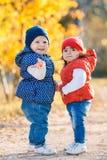 Petites filles - les amies marchent en parc Photo libre de droits