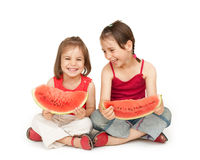 Petites filles mangeant la pastèque Image stock