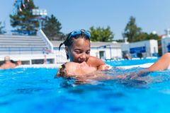 Petites filles mignonnes appréciant dans la piscine Photos stock