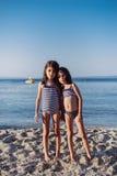 Petites filles mignonnes sur la plage Image libre de droits
