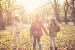 Petites filles parlant en parc Photos stock