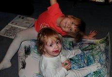 Petites filles posant pour le photographe photo stock