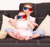 Petites filles regardant la TV Images stock