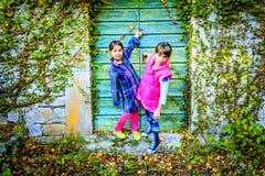 Petites filles se tenant devant les portes images stock