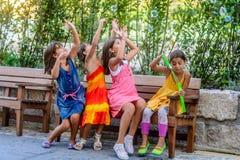 Petites filles soufflant des bulles photographie stock libre de droits