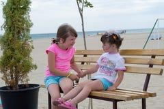 Petites filles sur la plage Photo stock