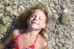 Petites filles sur la plage de la mer photographie stock