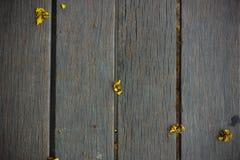 Petites fleurs jaunes sur le fond en bois Photos stock