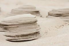 Petites formations de sable établies par érosion de vent à la plage ressemblant au détail énorme de piliers de roche photo stock