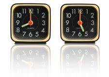 Petites horloges affichant 8 à 5 image stock