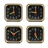 Petites horloges affichant la diverse heure du jour images libres de droits