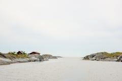 Petites huttes et la mer Image libre de droits