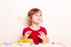 Petites jolies fille et mandarine Image stock