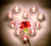 Petites lampes d'un éclairage avec de la paraffine aromatique de couleur rouge dans un sma Images stock