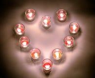 Petites lampes d'un éclairage avec de la paraffine aromatique de couleur rouge dans un sma Image libre de droits