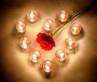 Petites lampes d'un éclairage avec de la paraffine aromatique de couleur rouge dans un sma Photographie stock libre de droits