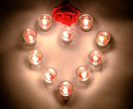 Petites lampes d'un éclairage avec de la paraffine aromatique de couleur rouge dans un sma Images libres de droits