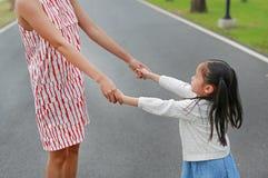 Petites mains de mère de participation de fille dans le jardin extérieur de nature images libres de droits