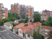 Petites maisons à côté de grands bâtiments Smederevo Image stock