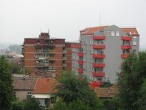Petites maisons à côté de grands bâtiments Smederevo Image libre de droits