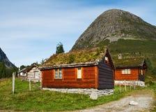 Petites maisons au pied d'une montagne Photographie stock libre de droits
