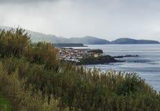 Petites maisons côtières colorées de village sur le rivage rocheux de lave au-dessus de l'Océan Atlantique avec des vagues, des c images stock