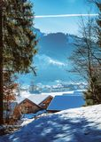 Petites maisons d'hiver dans les montagnes photo libre de droits