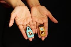 Petites maisons dans des mains femelles Photos stock
