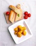Petites nouvelles pommes vapeur avec la baguette et les légumes Photo libre de droits
