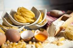 Petites pâtes formées dans des cuvettes blanches Photographie stock libre de droits