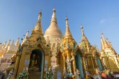 Petites pagodas et pagoda de Shwedagon à Yangon photographie stock libre de droits