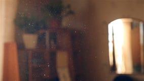 Petites particules de poussière dans le ciel Belle lumière du soleil de la fenêtre Mouvement lent Plan rapproché banque de vidéos