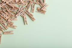 Petites pinces à linge en bois mignonnes sur un fond vert image libre de droits