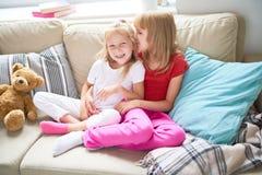 Petites soeurs affectueuses Images libres de droits