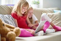 Petites soeurs gaies au salon Images stock
