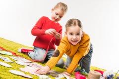 petites soeurs heureuses faisant les cartes de voeux diy Photographie stock