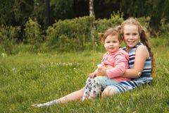 Petites soeurs heureuses - portrait en parc Photographie stock libre de droits