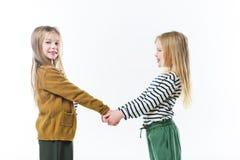petites soeurs heureuses tenant des mains Photographie stock libre de droits