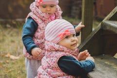 Petites soeurs jouant sur les escaliers Photo libre de droits