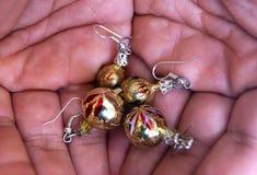 Petites sphères de Noël dans des mes mains photo libre de droits