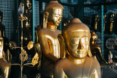 Petites statues d'or de Bouddha à Mandalay Image libre de droits