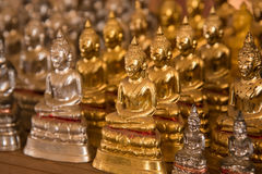 Petites statues de Bouddha dans le temple Thaïlande Image libre de droits