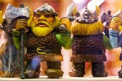 Petites statues drôles Vue des jouets miniatures de souvenirs traditionnels de Tallinn de la vieille ville dans la boutique de so photographie stock libre de droits