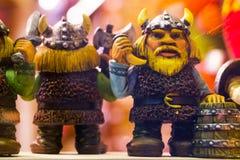 Petites statues drôles Vue des jouets miniatures de souvenirs traditionnels de Tallinn de la vieille ville dans la boutique de so image libre de droits