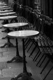 Petites tables de restaurant dans la rue, Paris. Images libres de droits