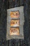Petites tartes aux pommes sur la cuisson blanche Images libres de droits
