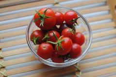 Petites tomates-cerises rouges en verre Photo libre de droits