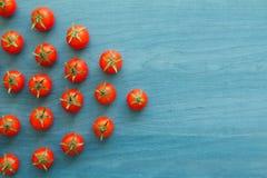 Petites tomates-cerises sur un bleu en bois Image libre de droits